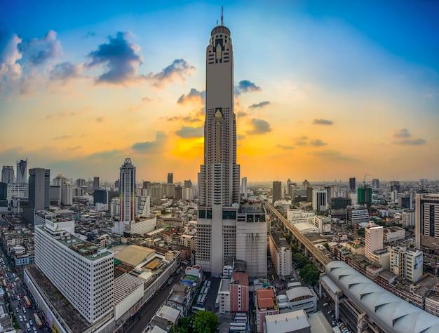 Nachtansicht von turm baiyok ii und von umgebungsgebäuden bangkok, thailand