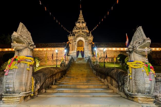 Nachtansicht von wat phra that lampang luang in thailand