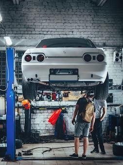 Nachtautoservice. sport drift car am lift. überprüfung und reparatur der federung