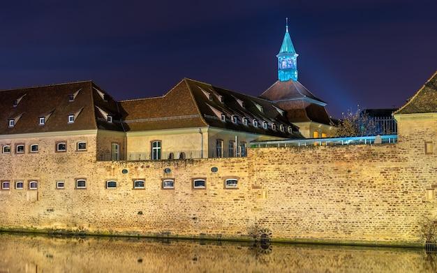 Nachtbeleuchtung der ecole nationale d'administration in straßburg - elsass, frankreich