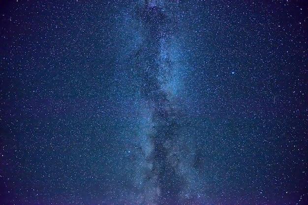 Nachtblauer himmel mit vielen sternen und milchstraße