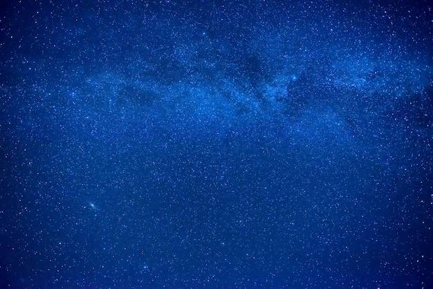 Nachtblauer himmel mit vielen sternen und milchstraßengalaxie