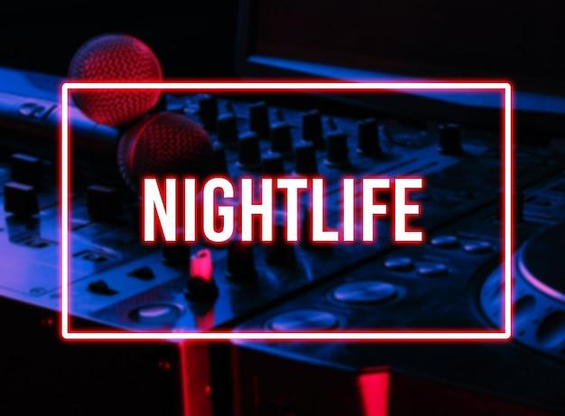 Nachtclub, nachtleben-konzept. disko. zwei mikrofone am dj-controller