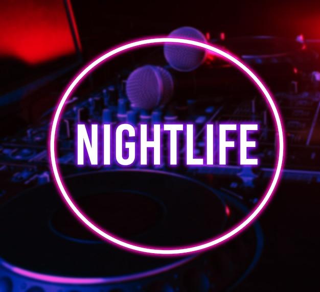 Nachtclub, nachtleben-konzept. neonkreis. disko. verschwommenes mikrofon auf der dj-fernbedienung.