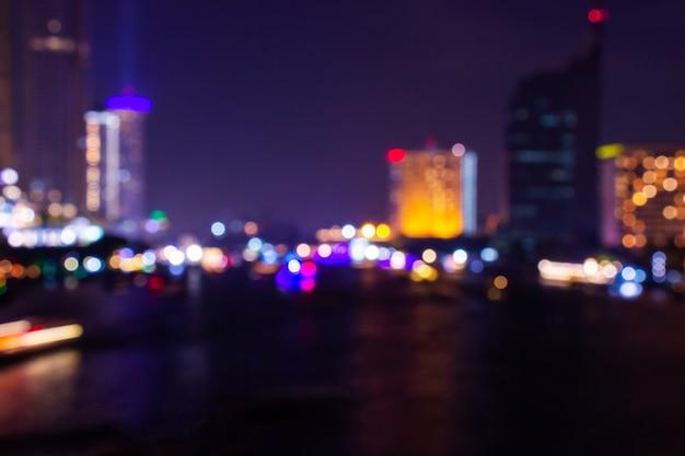 Nachtdämmerung verwischte helles bokeh in im stadtzentrum gelegenem bangkok-zusammenfassungshintergrund.