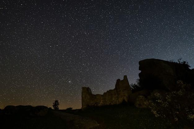 Nachtfotografie mit ruinen im naturgebiet von barruecos. extremadura. spanien.