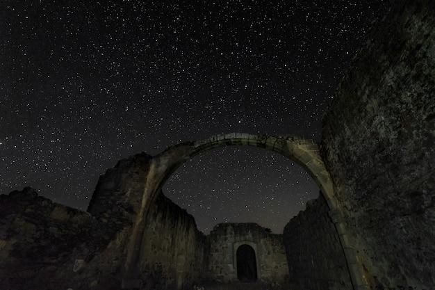 Nachtfotografie von den ruinen einer alten einsiedelei
