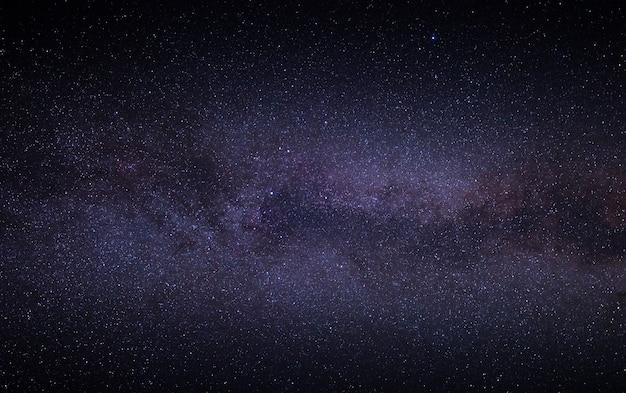 Nachtheller sternenhimmel mit einem teil der milchstraße. wunderbare sommernachtslandschaft.