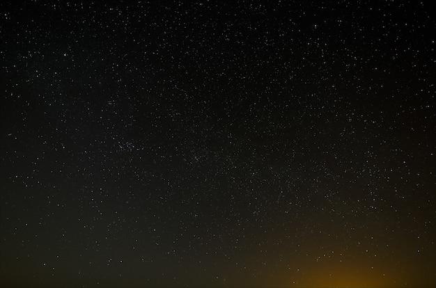 Nachthimmel mit einem hellen stern der milchstraße. blick in den sternenraum