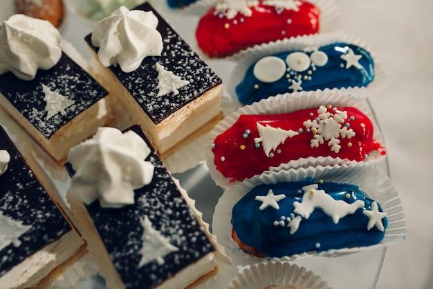 Nachtisch für eine party. ombre kuchen, cupcakes. schokoriegel
