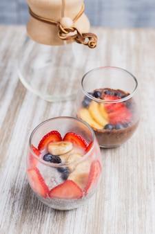 Nachtisch mit zwei gesunder früchten auf einem holztisch