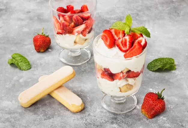 Nachtisch tiramisu mit erdbeere