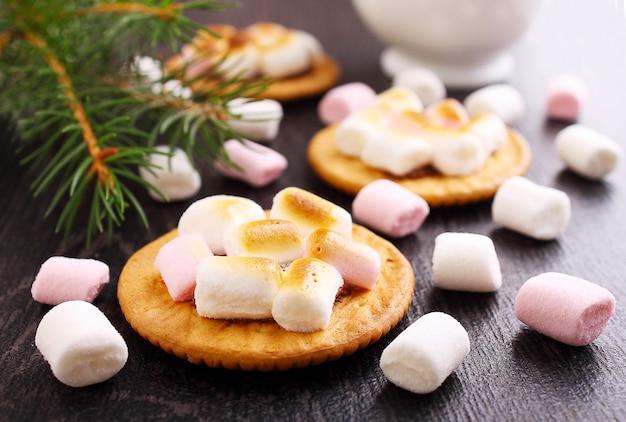 Nachtisch von den plätzchen mit eibisch auf einem schwarzen hintergrund, weihnachtsdekor