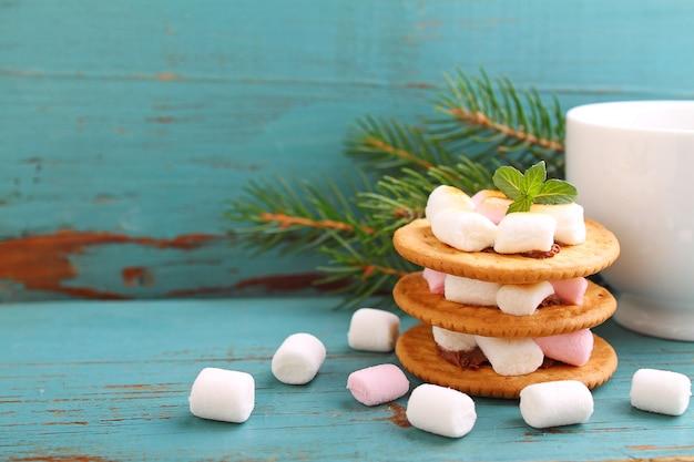 Nachtisch von den plätzchen, von der schokolade und vom eibisch auf einem blauen hintergrund im weihnachtsdekor