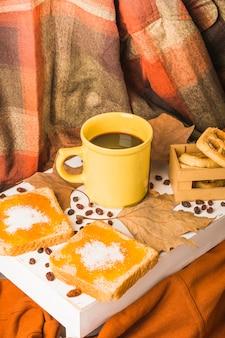 Nachtische und kaffee nahe blättern und drapierung