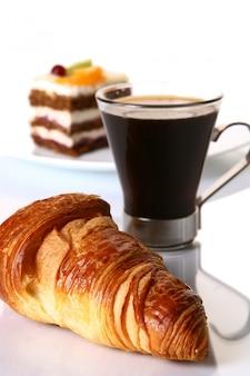 Nachtischfruchtkuchen mit schwarzem kaffee