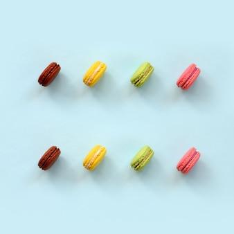 Nachtischkuchen macaron oder makrone auf modischem pastellblau