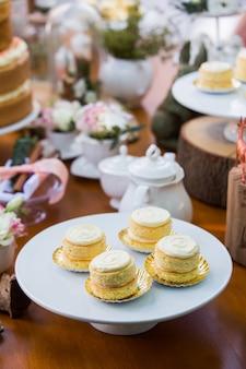 Nachtischtabelle mit den kuchen verziert für eine party im freien