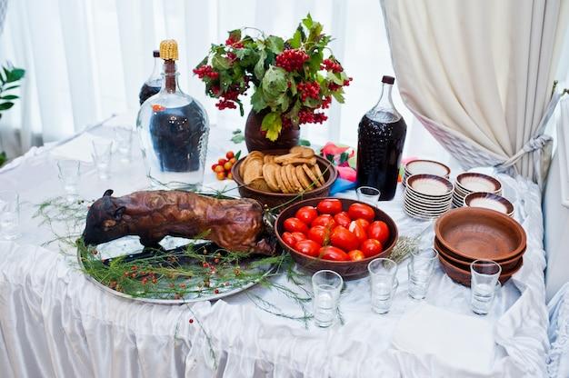 Nachtischtabelle von köstlichen snäcken mit gebratenem schwein auf hochzeitsempfang.