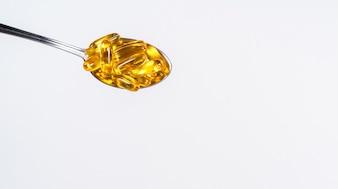 Nachtkerzenöl auf einem Aluminiumlöffel