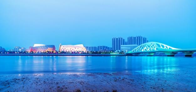 Nachtlandschaft der architekturlandschaft entlang küstenlinie qingdaos tangdao bay