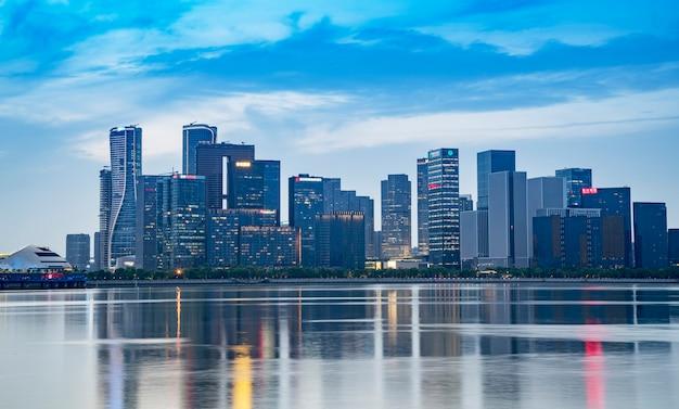 Nachtlandschaft der modernen städtischen architekturlandschaft in hangzhou