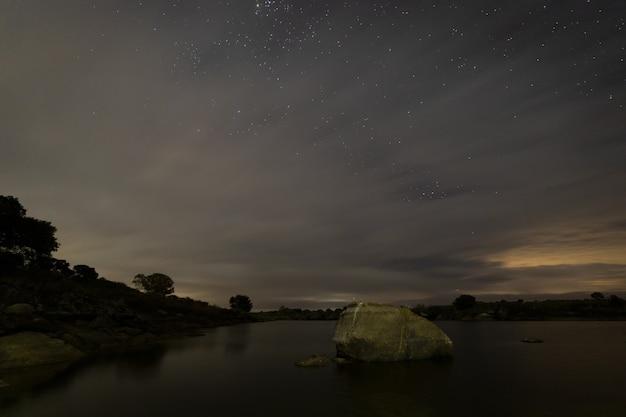 Nachtlandschaft im barruecos-naturschutzgebiet. extremadura. spanien.