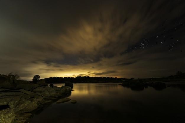 Nachtlandschaft im naturschutzgebiet barruecos. extremadura. spanien.