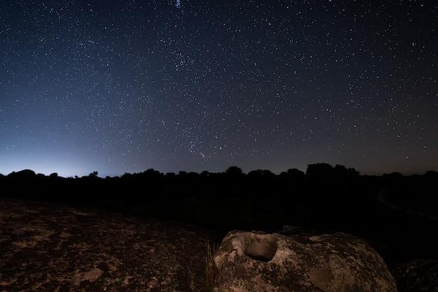 Nachtlandschaft mit altem grab im barruecos-naturschutzgebiet. spanien.