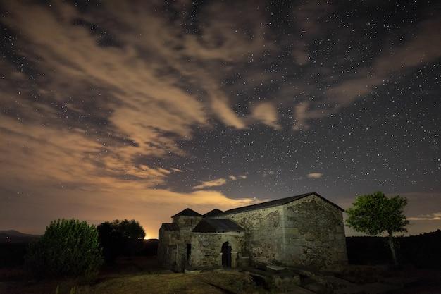 Nachtlandschaft mit der westgotischen basilika.