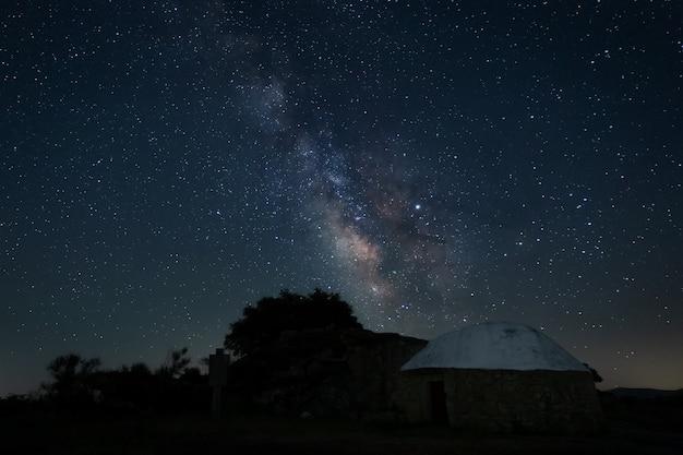 Nachtlandschaft mit milchstraße im naturpark barruecos. extremadura. spanien.