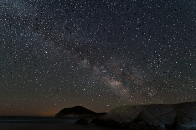 Nachtlandschaft mit milchstraße von genoveses-strand. naturpark cabo de gata. andalusien. spanien.