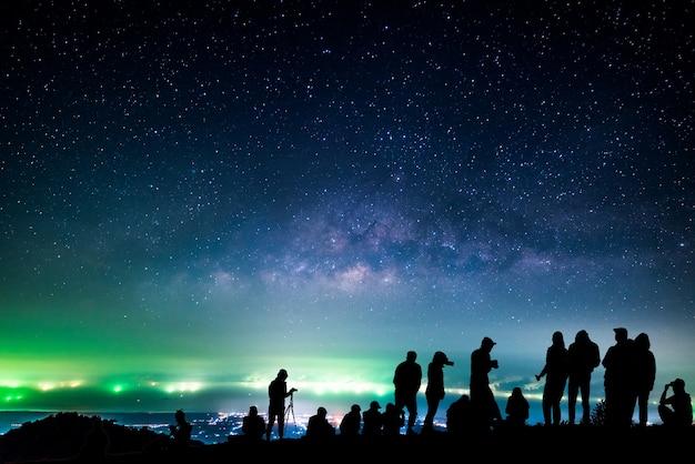 Nachtlandschaft mit milchstraße