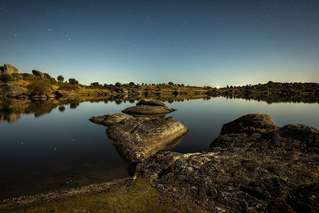 Nachtlandschaft mit mondlicht im naturschutzgebiet barruecos.