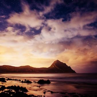Nachtlandschaft mit sternen und kumuluswolken