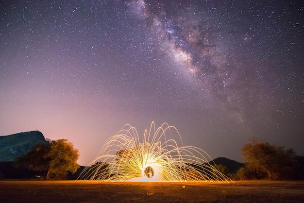 Nachtlandschaftsberg und führen das feuer, milchstraßen-galaxiehintergrund