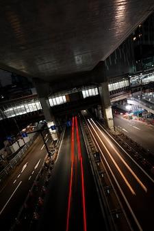 Nachtleben der stadt funkelt aus licht auf den straßen