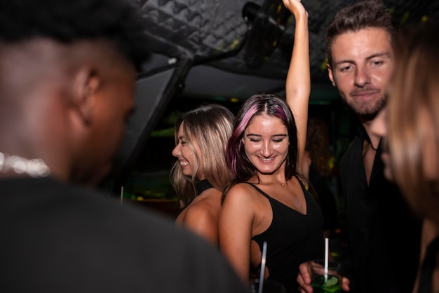 Nachtleben-leute, die spaß in bars und clubs haben