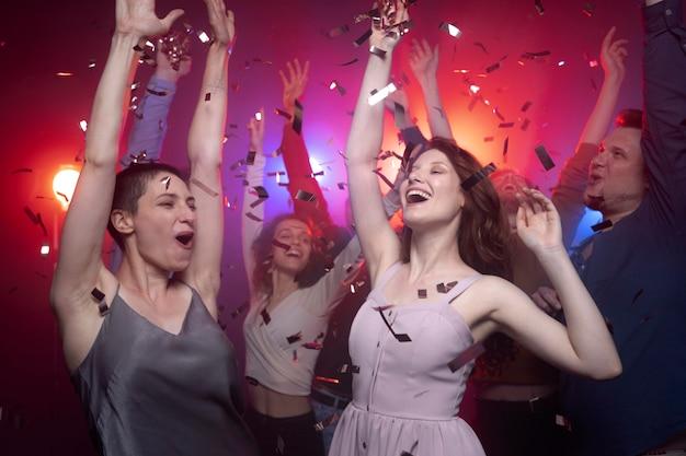 Nachtleben mit tanzenden leuten in einem club