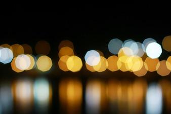 Nachtlicht bokeh Verwischen Sie unscharfen Fluss mit Reflex in buntem schönem des Wassers auf Nacht
