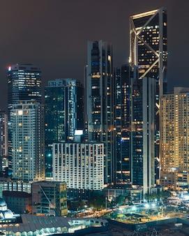 Nachtlichter von kuala lumpur bürogebäuden im stadtzentrum