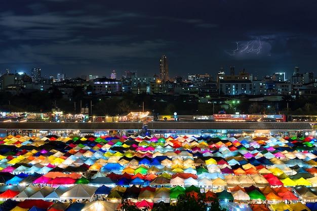 Nachtmarkt in bangkok, thailand.
