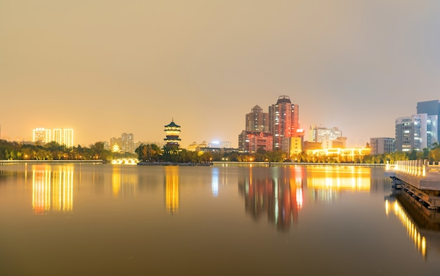 Nachts befindet sich die skyline der stadt in taiyuan, provinz shanxi, china