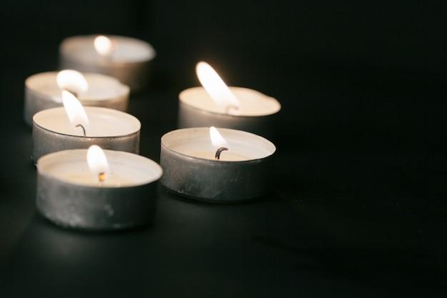 Nachts brennende kerzen. weiße kerzen brennen im dunkeln