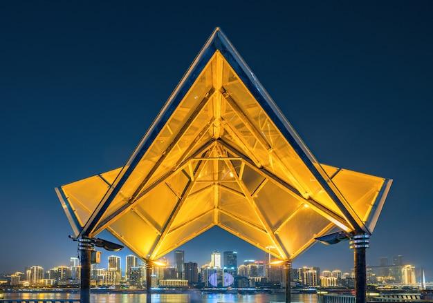Nachts glühende glasgebäude und schöne stadtskyline, chongqing, china