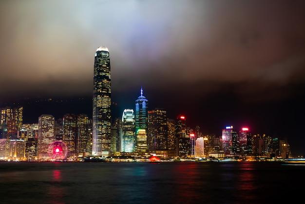 Nachts skyline der stadt hongkong und leuchtet auf