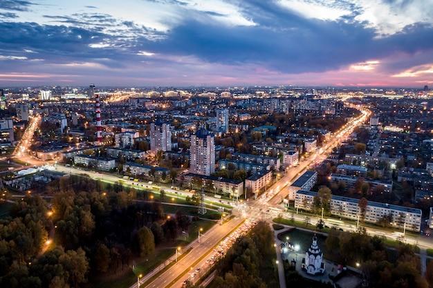 Nachtstadt aus der luft fotografiert.