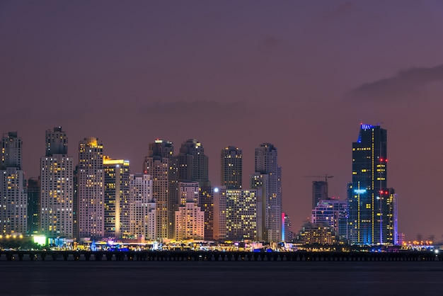 Nachtstadtbild der stadt dubai vereinigte arabische emirate