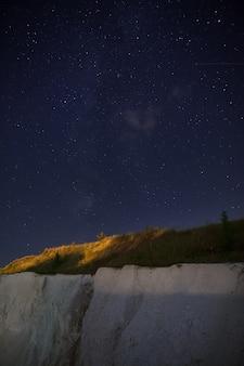Nachtsternenhimmel über dem steinbruch zur gewinnung von kreide