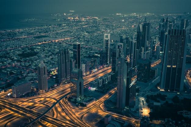Nachtszene der innenstadt von dubai mit stadtlichtern